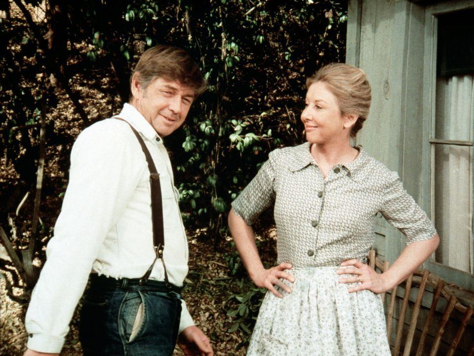John Walton (Ralph Waite, l.) ist sehr stolz auf seine Frau Olivia (Michael Learned, r.), die ein tolles Jobangebot bekommen hat ... - Bildquelle: WARNER BROS. INTERNATIONAL TELEVISION