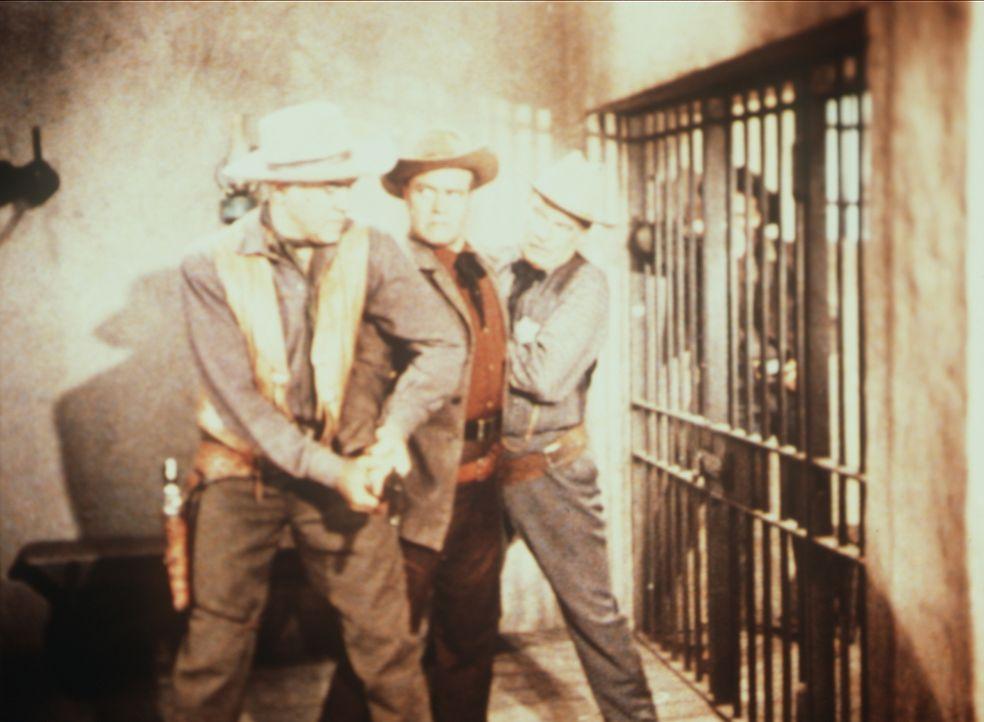 Nur knapp können Ben Cartwright (Lorne Greene, l.) und Sheriff Coffee (Ray Teal, r.) verhindern, dass der aufgebrachte Lem Partridge (Lyle Bettger,... - Bildquelle: Paramount Pictures