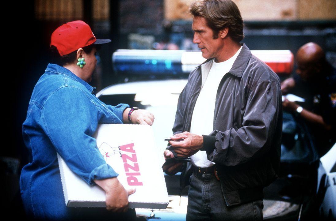 Steve (Barry Van Dyke, r.) erfährt von der Pizzalieferantin (Jan Hoag, l.), dass der Selbstmörder eine halbe Stunde zuvor ein De-Luxe Pizza bestellt... - Bildquelle: Viacom