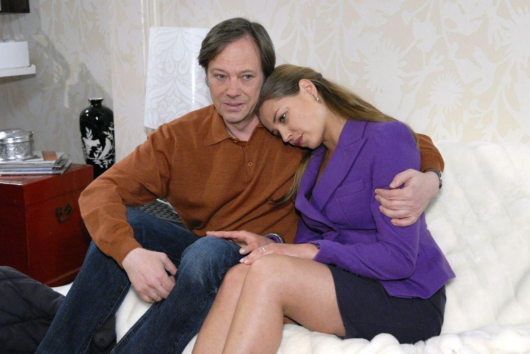 Armin (Rainer Will, l.) ist erleichtert, dass Katja (Karolina Lodyga, r.) sich nicht unterkriegen lassen will. - Bildquelle: Christoph Assmann Sat.1