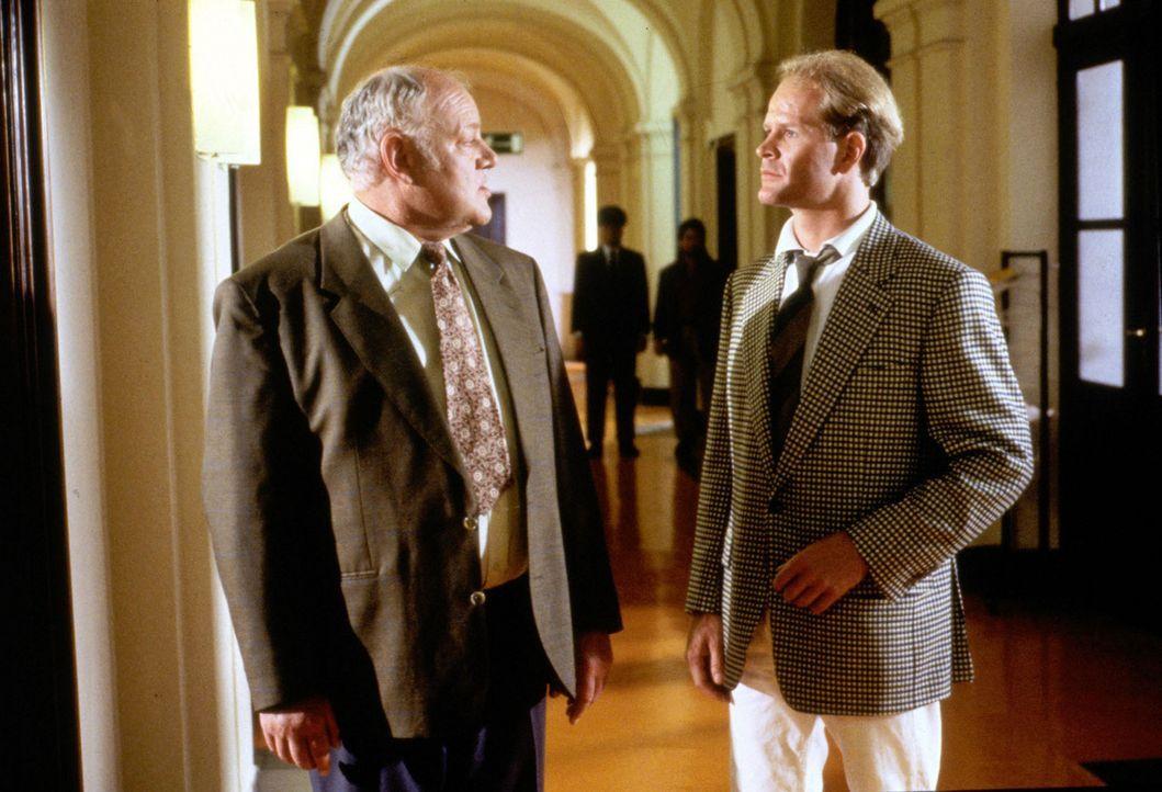 Kommissar Sawatzki (Klaus Pönitz, l.) befragt Dr. Yves Overmeier (Guntbert Warms, r.), den Verlobten der Tochter des ermordeten Thomas Wendrich, zu... - Bildquelle: Alfred Raschke Sat.1