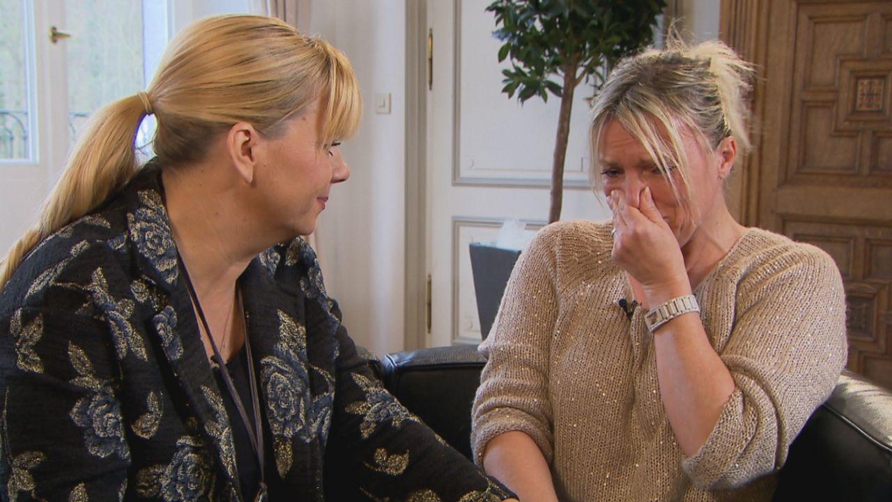 Mit Hilfe von Julia Leischik (l.) hofft Tanja (r.), ihre Schwester Helene zu finden ... - Bildquelle: SAT.1