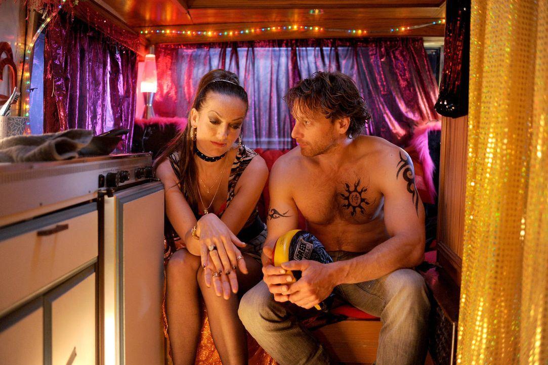 Bardame Yvonne (Nicola Ransom, l.) kennt Karl (Hendrik Duryn, r.) schon seit seiner Jugend. Immer wieder hilft sie ihm bei seinen finanziellen Schwi... - Bildquelle: Aki Pfeiffer SAT.1