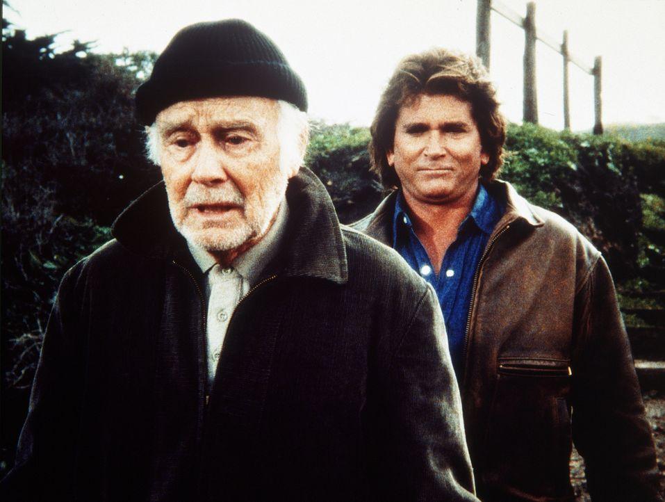 Frank (Lew Ayres, l.) berichtet Jonathan (Michael Landon, r.), dass er seine Jugendliebe Genna wiedergesehen hat. - Bildquelle: Worldvision Enterprises, Inc.