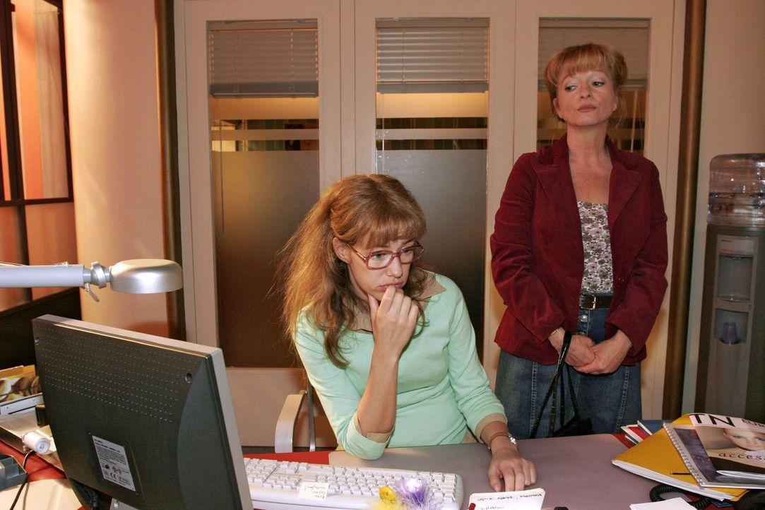 Unverhofft kommt Lisas Mutter (Ulrike Mai, r.) zu Besuch ins Büro - und hält Lisa (Alexandra Neldel, l.) von der Arbeit ab. (Dieses Foto von Alexand... - Bildquelle: Noreen Flynn Sat.1