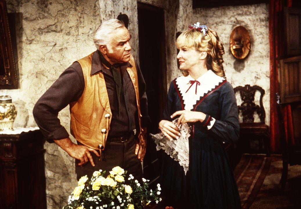 Ben Cartwright (Lorne Greene, r.) stellt seine Cousine Clarissa (Nina Foch, l.) zur Rede, die seine Freunde durch ihre überhebliche Art verärgert ha... - Bildquelle: Paramount Pictures