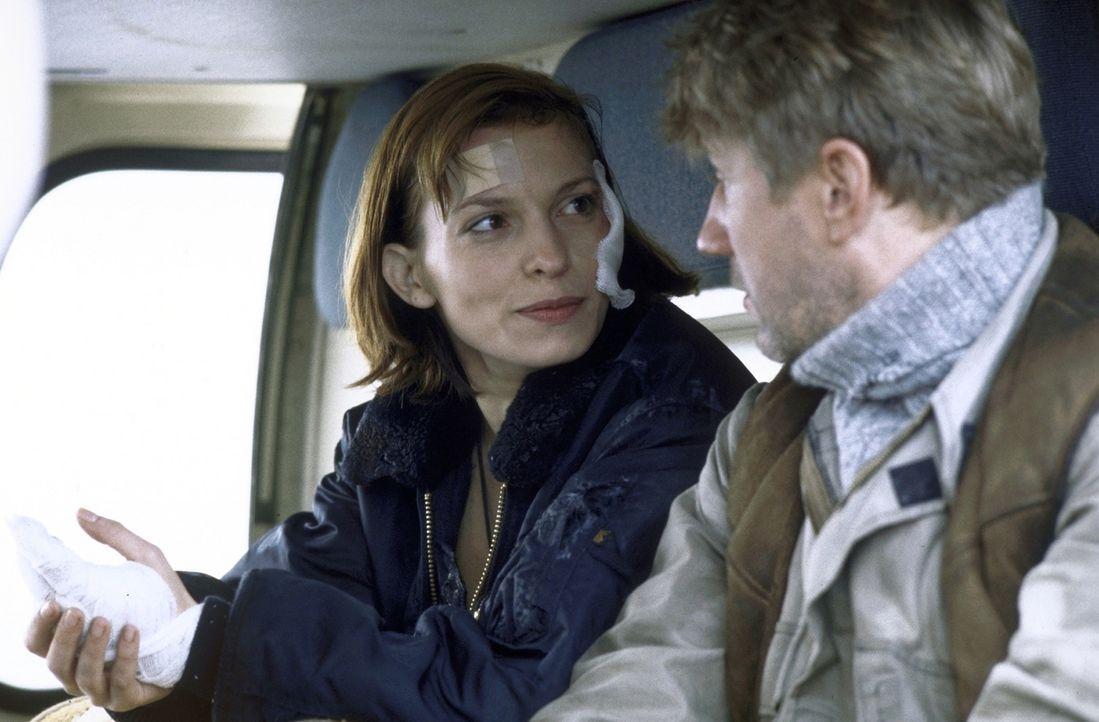 Lucky (Stephanie Philipp), Expertin für Zeitzünderbomben, und Bohrarbeiter Jan (Jörg Schüttauf) versuchen, die gefährliche Bombe zu entschärfen. - Bildquelle: Jiri Hanzl
