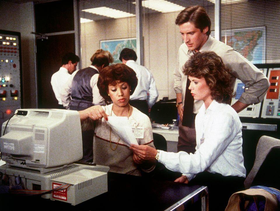 Am Computer erstellt Amanda (Kate Jackson, r.) ein Phantombild des Unbekannten, der sie überfallen hat. Lee (Bruce Boxleitner, M.) und eine Kollegin... - Bildquelle: CBS Television
