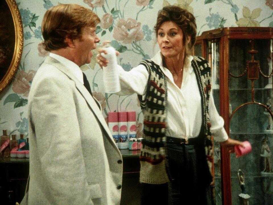 Amanda (Kate Jackson, r.) macht den korrupten Besitzer einer Kosmetikfirma unschädlich. - Bildquelle: CBS Television
