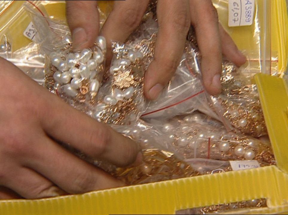 Ein enormer Fund: Ein Passagier versucht teuren Goldschmuck nach Vietnam auszuführen. - Bildquelle: Sat.1