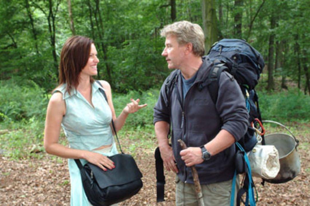 Michaela (Nina Kronjäger, l.) macht Tom (Jörg Schüttauf, r.) deutlich, dass sie ihn mehr als sympathisch findet - bis sie erfährt, dass er ihr Rival... - Bildquelle: Oliver Ziebe Sat.1