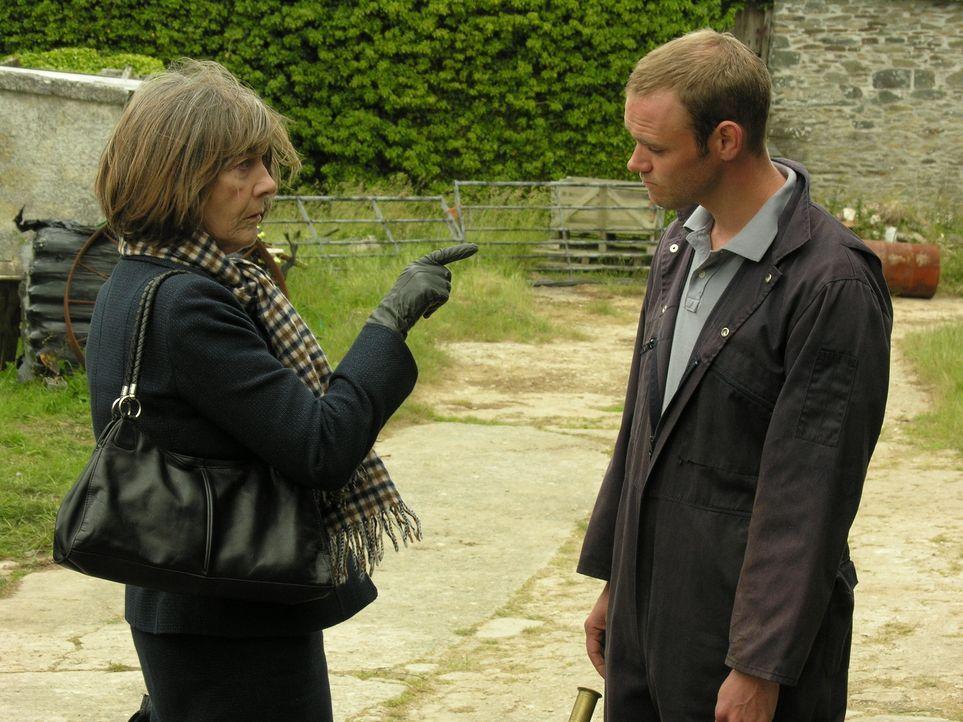 Auf Al (Joe Absolom, r.) warten viele Frustmomente, wenn er für Ruth (Eileen Atkins, l.) arbeitet. Ist ihm das wirklich klar? - Bildquelle: BUFFALO PICTURES/ITV