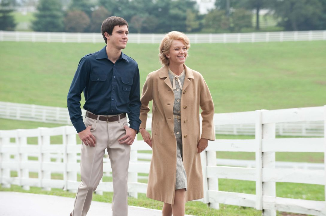 Seth (Drew Roy, l.) und Penny (Diane Lane, r.) sind vom talentierten Vierbeiner Sectretariat überzeugt. Er soll den ersten Triple Crown seit 25 Jahr... - Bildquelle: John Bramley Disney Enterprises, Inc.  All rights reserved / John Bramley