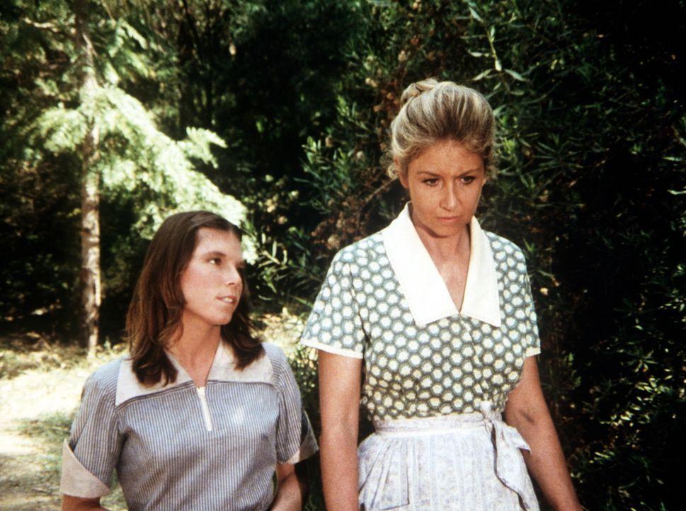 Die unglückliche Vera (Lindsay V. Jones, l.) gesteht Olivia Walton (Michael Learned, r.), warum sie sich von ihrem Mann trennen will ... - Bildquelle: WARNER BROS. INTERNATIONAL TELEVISION