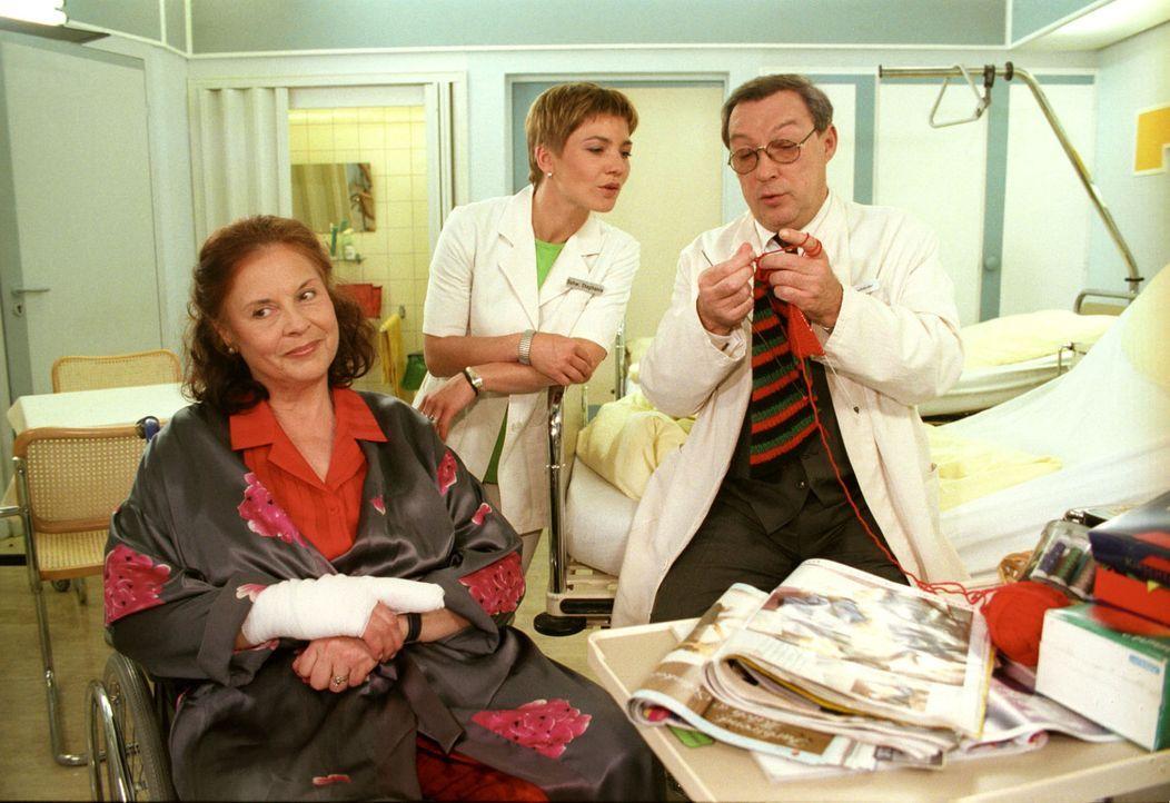 Frau Harmholz (Ursula Karusseit, l.) glaubt, ohne ihren Rollstuhl nicht lebensfähig zu sein. Doch nach ärztlicher Einschätzung von Prof. Friedländer... - Bildquelle: Noreen Flynn Sat.1