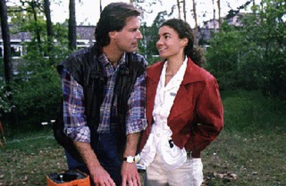 Nachdem Stefanie (Kathrin Waligura, r.) sich von Dr. Timo Lennart getrennt hat, wird sie im Krankenhauspark auf den gut aussehenden 'Gärtner' Paul... - Bildquelle: Noreen Flynn Sat.1