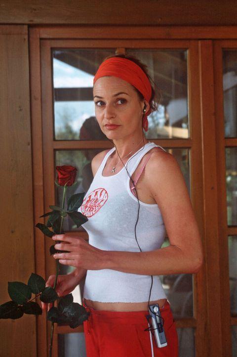 Als die Fernsehköchin Mirella Beck (Franziska Schlattner) vom Joggen nach Hause kommt, findet sie eine rote Rose vor ihrer Wohnungstür. - Bildquelle: Magdalena Mate Sat.1