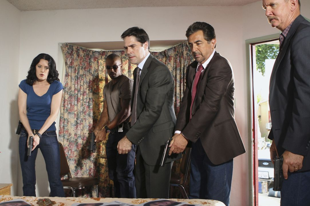 Ein neuer Fall führt Reid, Hotch (Thomas Gibson, M.), Morgan (Shemar Moore, 2.v.l.) und Prentiss (Paget Brewster, l.) und Rossi (Joe Mantegna, 2.v.r... - Bildquelle: Michael Desmond 2007 ABC Studios. All rights reserved. NO ARCHIVE. NO RESALE. / Michael Desmond