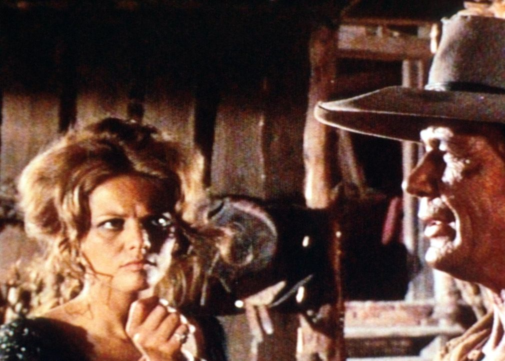 Jill (Claudia Cardinale, l.) weiß nicht, was der Fremde (Charles Bronson, r.) von ihr will ... - Bildquelle: TM &   2003 by Paramount Pictures Corporation. All rights reserved