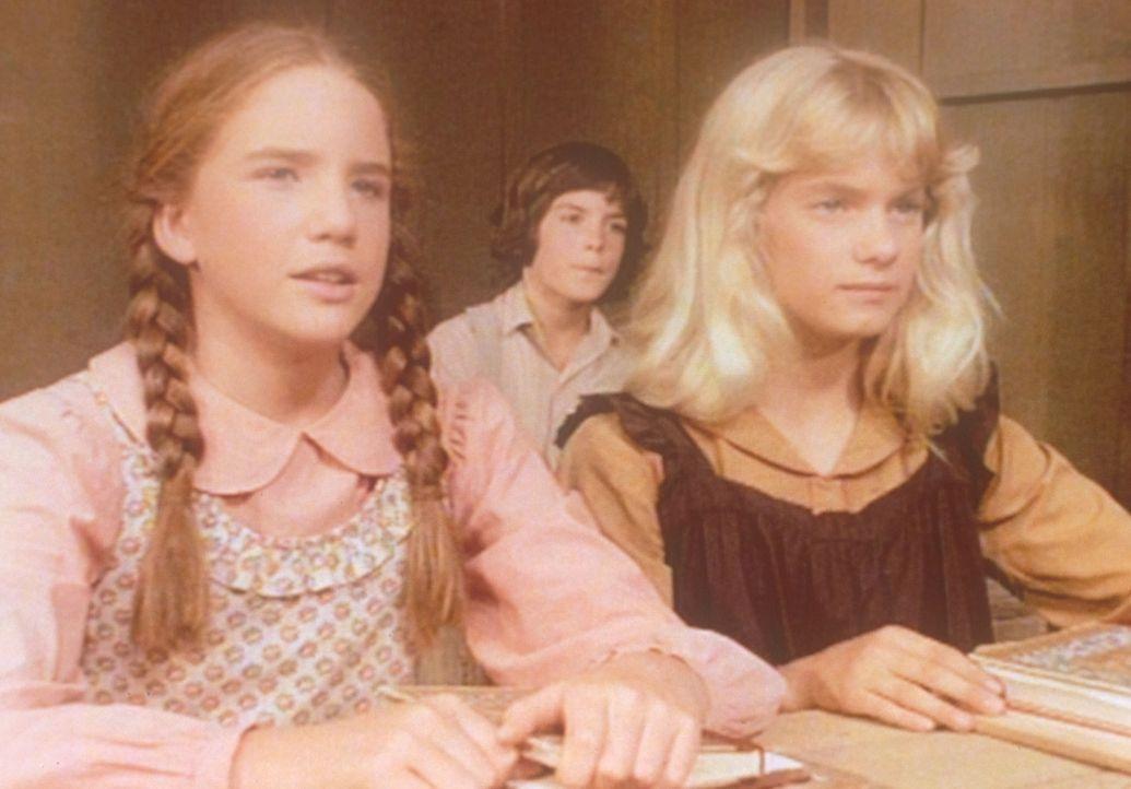 Amelia (Julie Ann Haddock, r.) ist neu in der Schule. Aber mit Laura (Melissa Gilbert, l.) hat sie bereits Freundschaft geschlossen. - Bildquelle: Worldvision