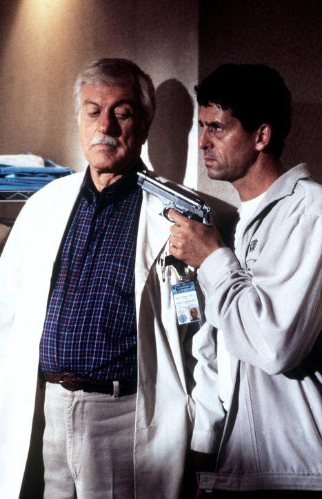 George (Jeff Allin, r.), ein Verurteilter, entführt Mark (Dick Van Dyke, l.). - Bildquelle: Viacom