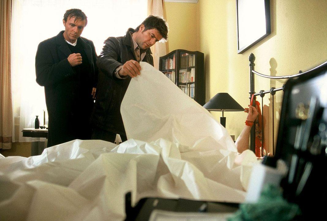 Jupp (Uwe Fellensiek, r.) und Falk (Dirk Martens, l.) finden die Leiche eines Mannes, der ans Bett gefesselt ist. Offenbar wurde er nach dem Liebess... - Bildquelle: Münstermann Sat.1