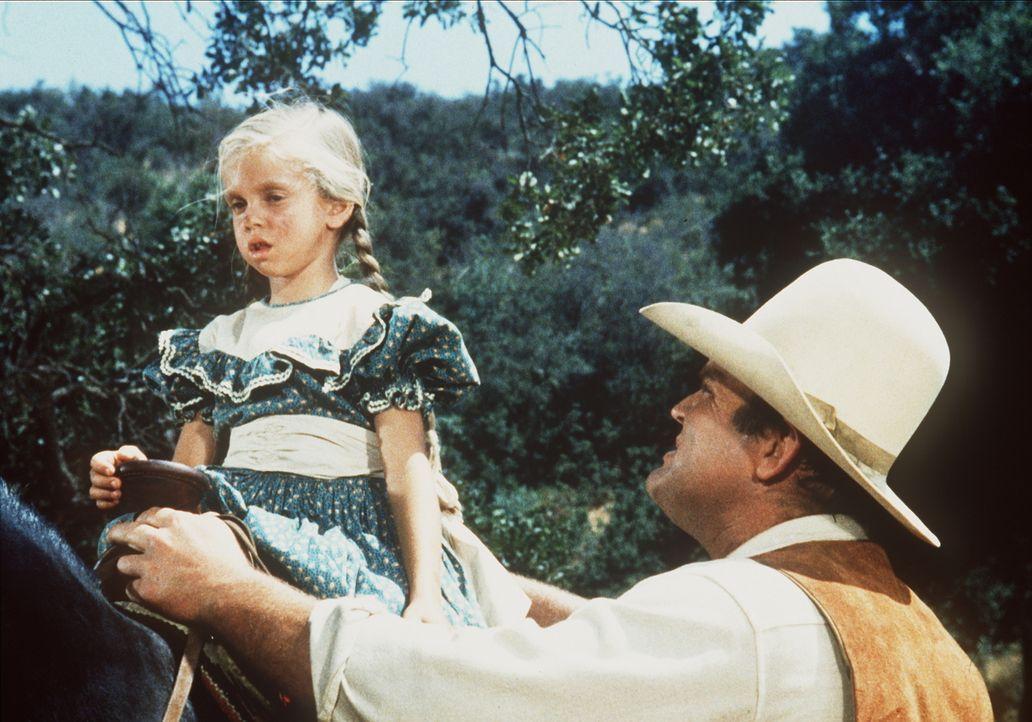 Hoss (Dan Blocker, r.) findet ein kleines Mädchen (Eileen Baral, l.) das als einzige einen Postkutschenüberfall überlebt hat ... - Bildquelle: Paramount Pictures