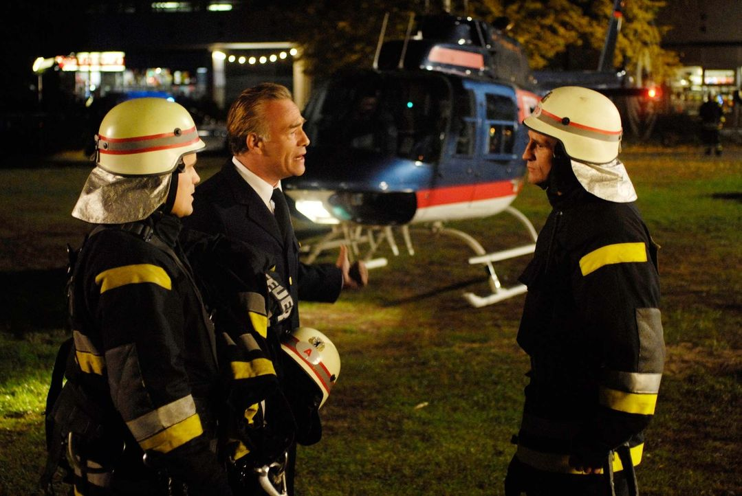 Branddirektor Horst Strasser (Klaus J. Behrendt, M.) hat keine Wahl. Er muss Tom vertrauen, denn seine eigene Tochter steckt mitten in der Feuerhöll... - Bildquelle: ProSieben ProSieben