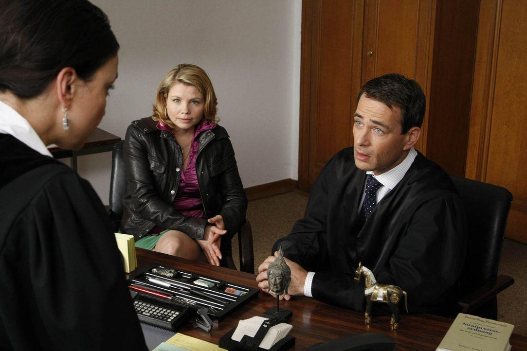 In ihrem Scheidungsfall macht Richterin Matthias (Tatjana Clasing, l.) Danni (Annette Frier, M.) klar, dass sie einen Anwalt braucht. Und wer hätte... - Bildquelle: Frank Dicks SAT.1