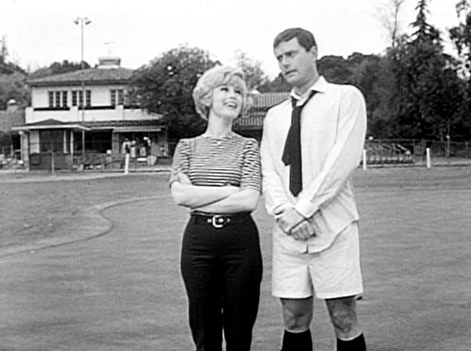 Tony Nelson (Larry Hagman, r.) muss seinem General schnell etwas in den Sportclub bringen. Jeannie (Barbara Eden, l.) hat geblinzelt, und so steht T... - Bildquelle: Columbia Pictures