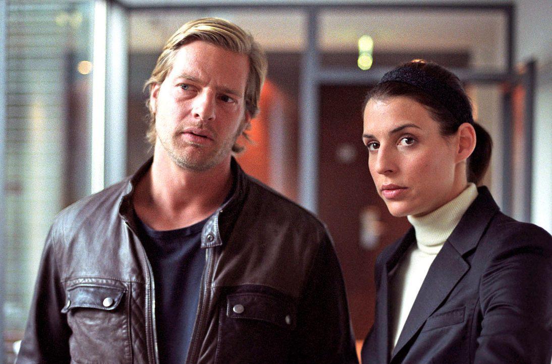 Nachdem Anne Pachel nur knapp dem Tod entronnen ist, sind sich Leo (Henning Baum, l.) und Nina (Elena Uhlig, r.) sicher, dass sie es mit einem Serie... - Bildquelle: Walter Wehner Sat.1