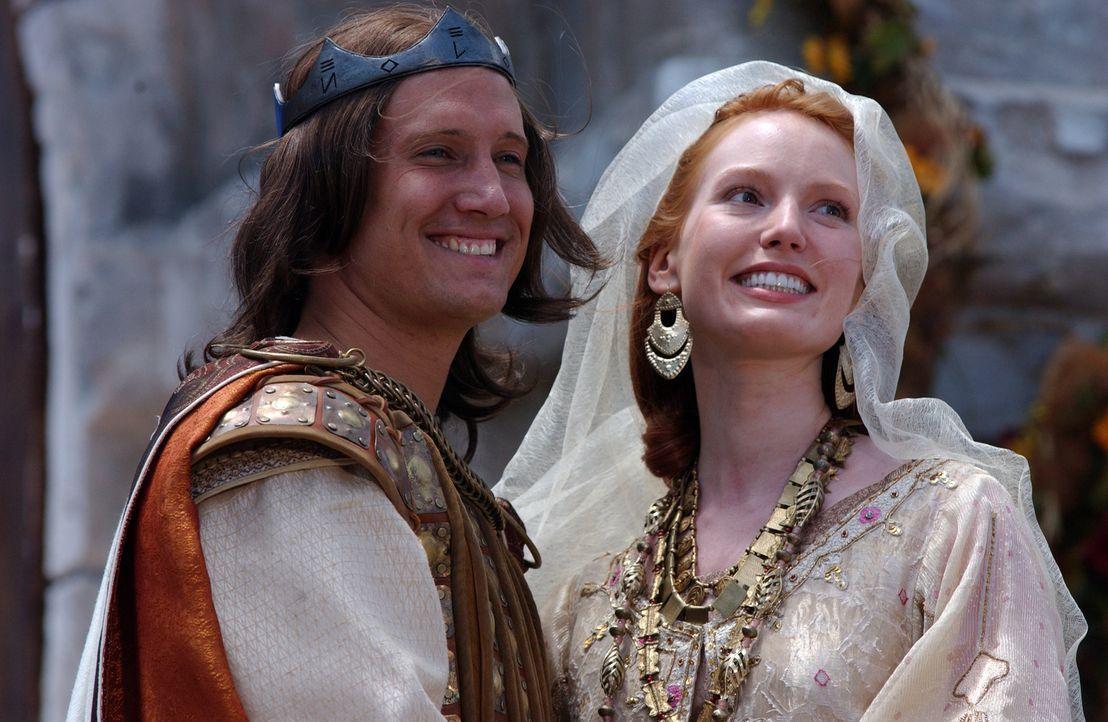 Kriemhild (Alicia Witt, r.) hat ihr Ziel erreicht: Die Vermählung mit Siegfried (Benno Fürmann, l.). - Bildquelle: Sat.1/© 2004 Tandem Communications/VIP Medienfonds 2&3 TANDEM PRODUCTIONS