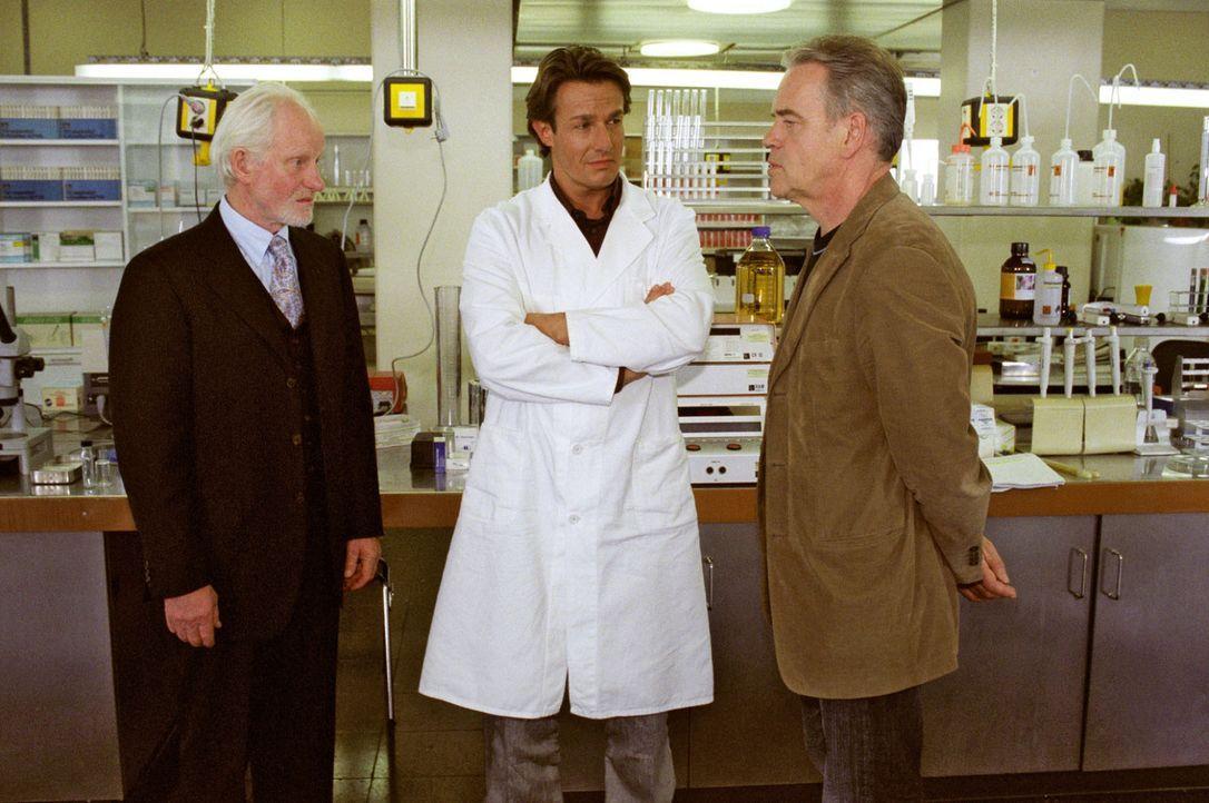 Die ehrgeizige Biochemikerin Dr. Liane Hauff wurde ermordet. Prof. Heinz Kamroth (Hans Diehl, l.) und Dr. Markus Fechner (Urs Remond, M.) werden von... - Bildquelle: Claudius Pflug Sat.1
