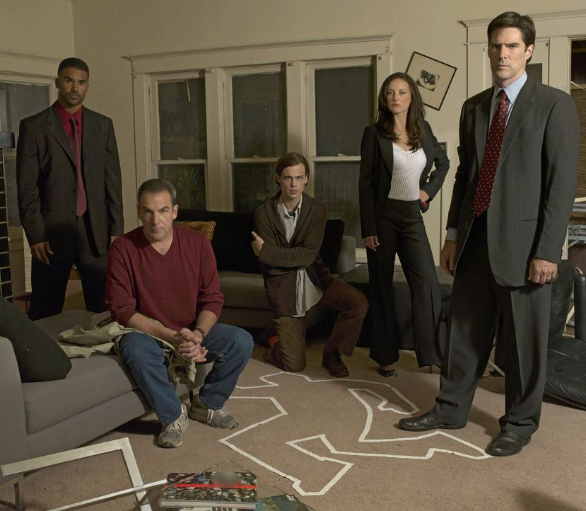 (1. Staffel) - Ein starkes Team, das jeden Serientäter zur Strecke bringt: Special Agent Jason Gideon (Mandy Patinkin, 2.v.l.), Special Agent Derek... - Bildquelle: 2004 Touchstone Television. All rights reserved. NO ARCHIVE. NO RESALE.