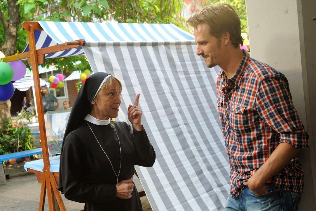 """Erst beim Schulfest wird Tom (Max von Thun, r.) klar, dass Schwester Agnes (Gitta Schweighöfer, l.) den rockenden """"Mongolettes"""" viel positiver gegen... - Bildquelle: Hardy Spitz SAT.1"""