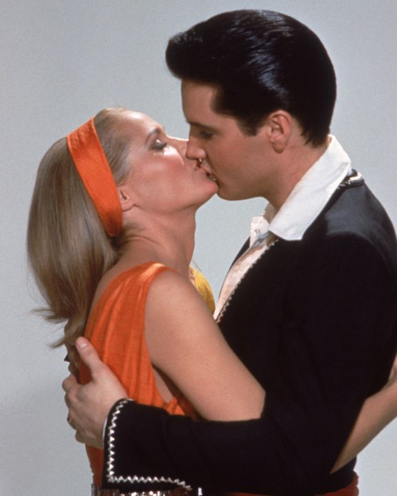 Die Liebschaft zwischen der Hotelmanager-Tochter Marguerita (Ursula Andress, l.) und Mike Windgren (Elvis Presley, r.) sorgt für gefährliche Streite... - Bildquelle: TM & Copyright   2003 by Paramount Pictures Corporation. All Rights Reserved.