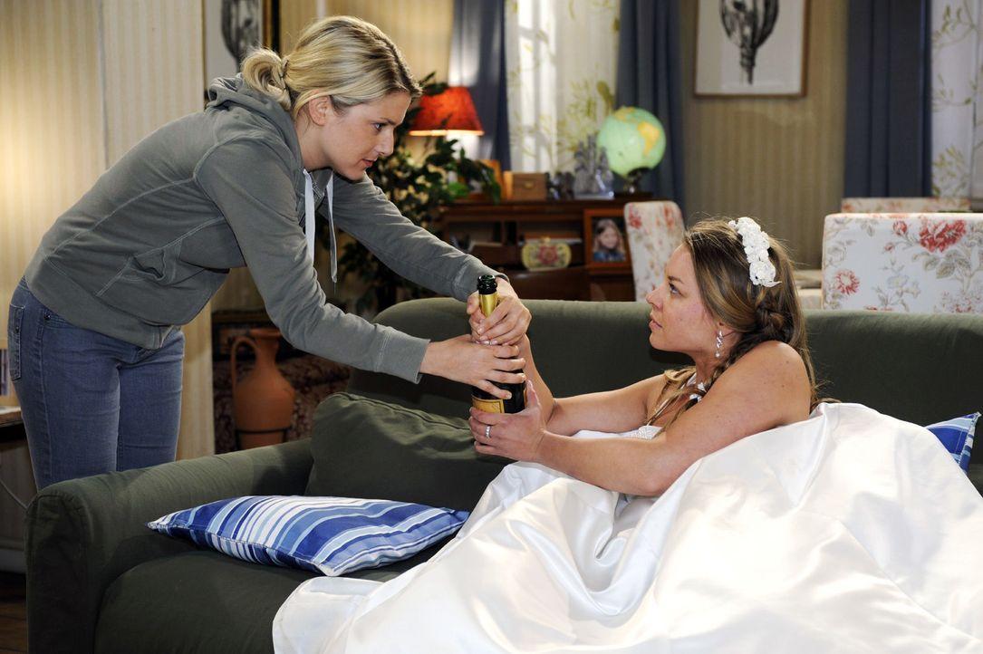 Anna (Jeanette Biedermann, l.) ist entsetzt, dass die angeblich schwangere Katja (Karolina Lodyga) sich mit Alkohol zu trösten versucht ... - Bildquelle: Oliver Ziebe Sat.1