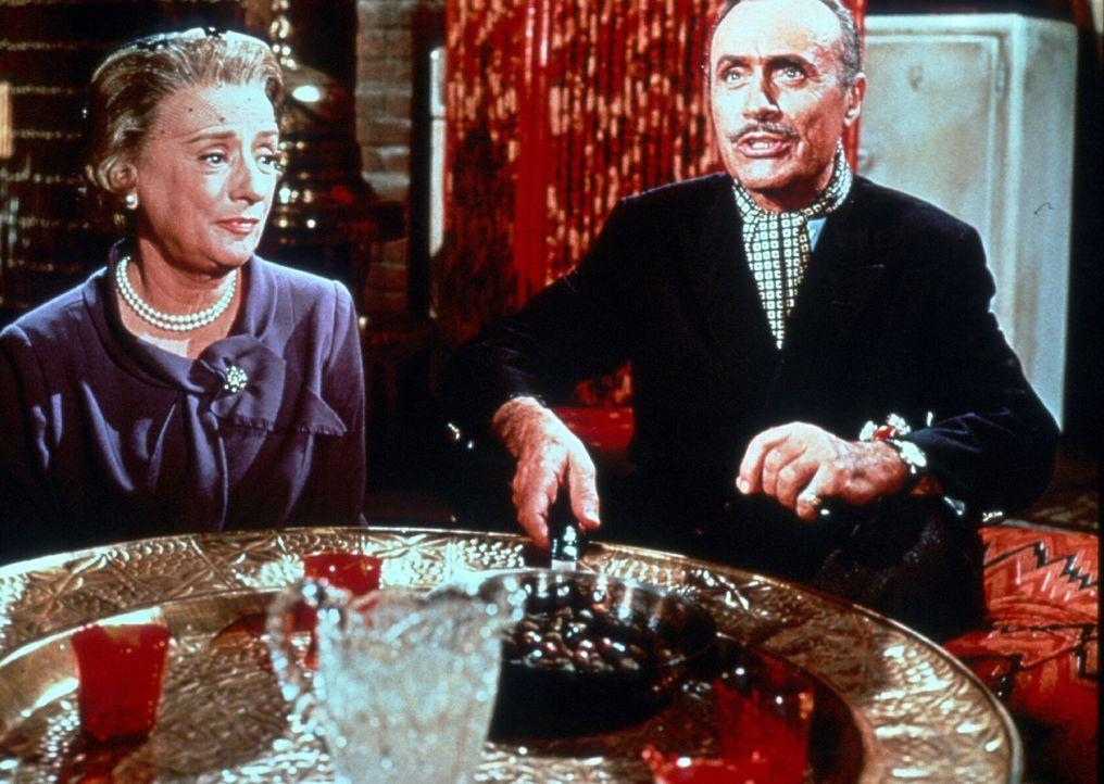 Der exzentrische Mr. Velasco (Charles Boyer, r.) kredenzt seinen Gästen, darunter Ethel (Mildred Natwick, l.), eine aus Aal, Zwiebeln und Oliven bes... - Bildquelle: TM, ® &   (2003) by Paramount Pictures. All Rights Reserved.