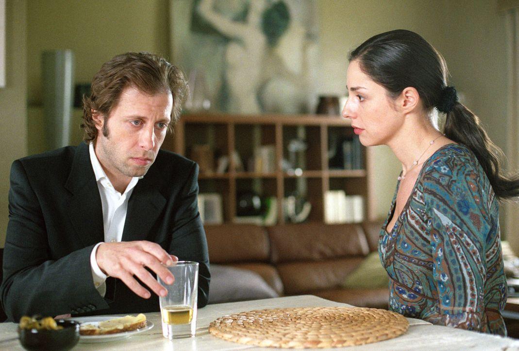 Dass sein Vater Hermann Fenske den Vater seiner Frau Jenny (Sabrina White, r.) ermordet haben soll, macht Kai (Oliver Korittke, l.) schwer zu schaff... - Bildquelle: Thomas Kost Sat.1