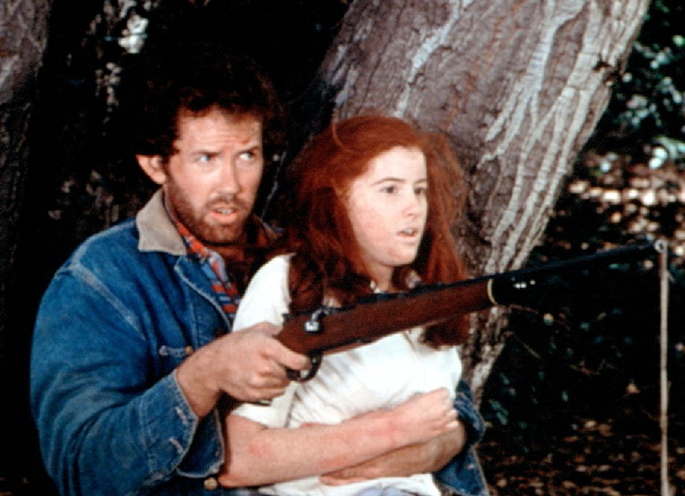 Job (Gary Grubbs, l.) hat Elizabeth (Kami Cotler, r.) entführt. - Bildquelle: WARNER BROS. INTERNATIONAL TELEVISION