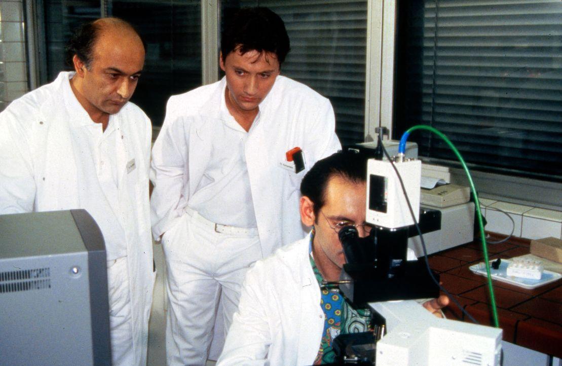 Dr. Markus Kampmann (Ulrich Reinthaller, M.) wartet gespannt auf das Ergebnis der Schichtuntersuchung. Der Pathologe Dr. Vandenberg (Udo Jolly, r.)... - Bildquelle: Janis Jatagandzidis Sat.1