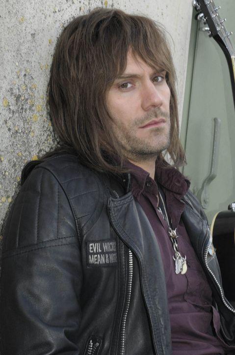 Als der Rüpel-Rockmusiker Marc O. (Daniel Wiemer) nach einem Autounfall in einem Provinzstädtchen hängenbleibt, hat er zunächst nur einen Gedanken:... - Bildquelle: Christine Schröder SAT. 1