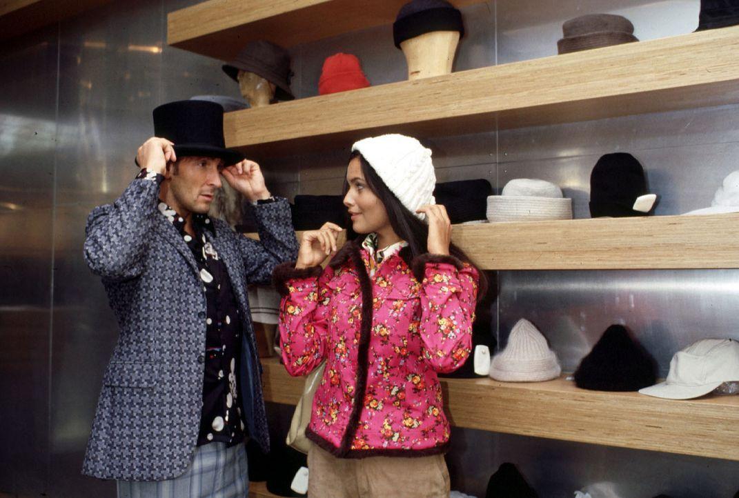 """Fred (Mark Keller, l.) alias """"Shorty"""" und Sezen (Mandala Tayde, r.) machen einen Einkaufsbummel in der Hoffnung, daß sich """"Shorty"""" wieder an irgende... - Bildquelle: Bernhard Wiesen SAT.1"""