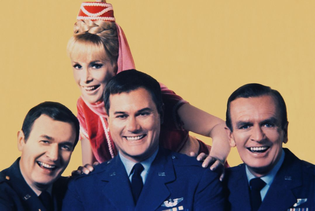 Capt. Tony Nelsons (Larry Hagman, 2.v.r.) Freund und Kollege Capt. Roger Healey (Bill Daily, l.) glaubt an Jeannies (Barbara Eden, 2.v.l.) Existenz.... - Bildquelle: Columbia Pictures