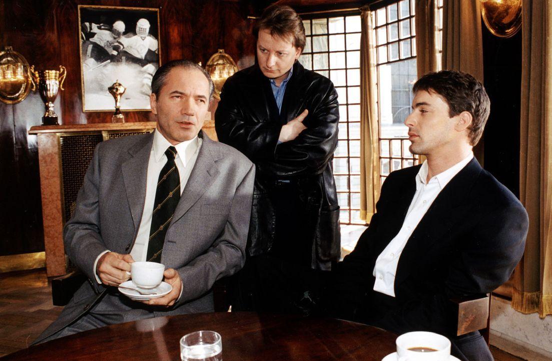 Brandtner (Gedeon Burkhard, r.) und Böck (Heinz Weixelbraun, M.) unterhalten sich mit dem Vereinspräsidenten Johannes Altmann (Johannes Terne, l.). - Bildquelle: Ali Schafler Sat.1