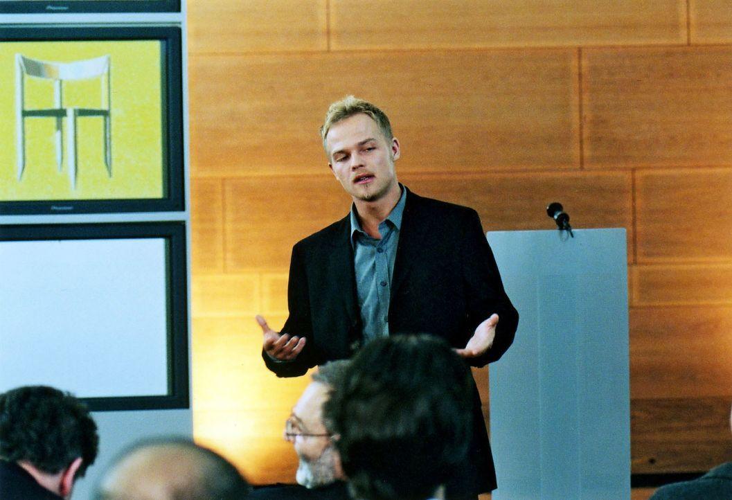 Auf der Jahreshauptversammlung präsentiert Ben (Matthias Koeberlin) den neu entwickelten Stuhl und überzeugt die anwesenden Aktionäre mit seiner Vis... - Bildquelle: Jeanne Degraa Sat.1/Degraa