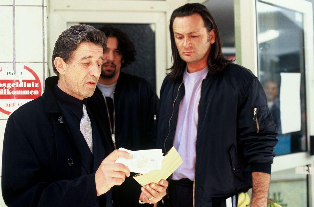Wieder einmal treibt Zogu (Rolf Zacher, l.) mit seinen Schlägern Schutzgelder von den verzweifelten Ladenbesitzern ein ... - Bildquelle: Menke Sat.1