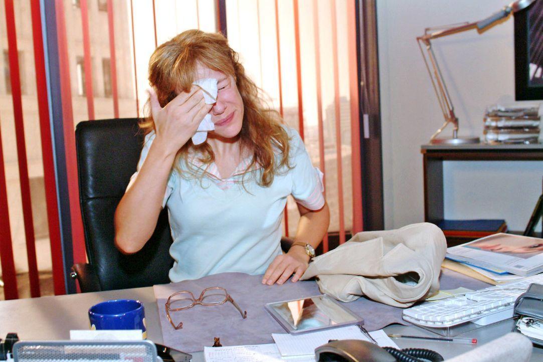 """Lisa (Alexandra Neldel) schafft es gerade noch rechtzeitig, die Spuren ihrer """"Verschönerung"""" abzuwischen. Sie ahnt, dass sie doch Hilfe und Beratung... - Bildquelle: Monika Schürle Sat.1"""