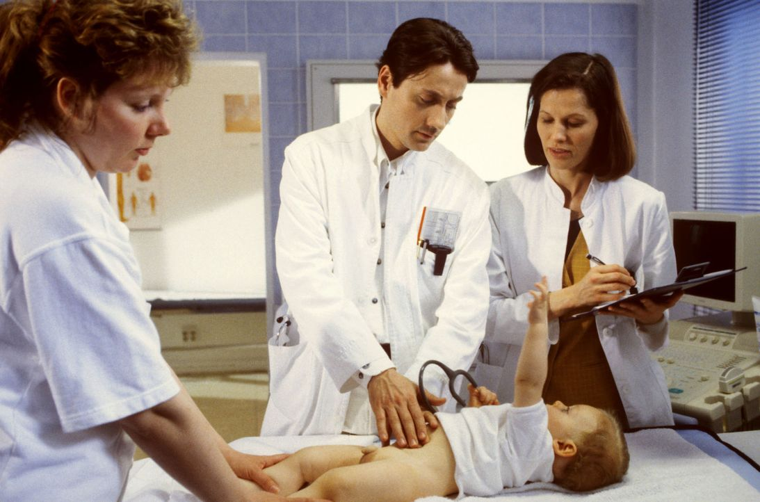 Baby Paul (Daniel Janick, vorne) braucht dringend medizinische Hilfe. Dr. Kampmann (Ulrich Reinthaller, M.) diagnostiziert akuten Darmverschluss! Dr... - Bildquelle: Andreas Stetter Sat.1