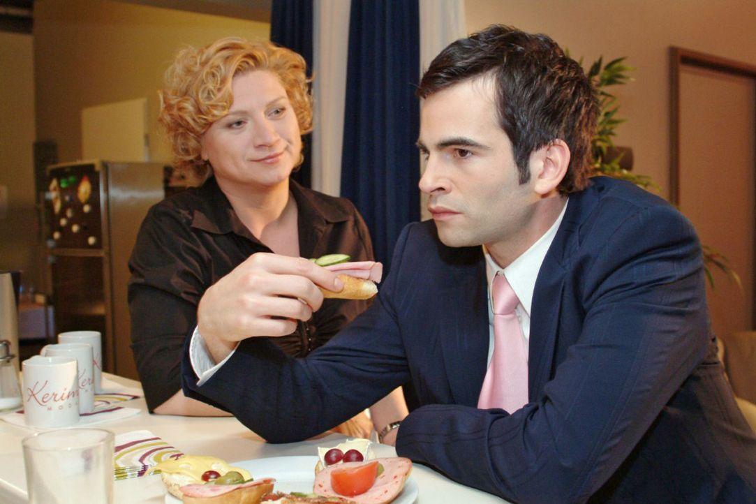 Agnes (Susanne Szell, l.) unterstreicht Lisas Loyalität gegenüber dem daran zweifelnden David (Mathis Künzler, r.) - und bringt ihn ins Grübeln. - Bildquelle: Monika Schürle Sat.1